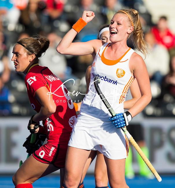 LONDEN -  Caia van Maasakker heeft de stand op 2-0 gebracht  tijdens  de wedstrijd tussen de dames van Nederland en Belgie bij  het Europees Kampioenschap hockey in Londen. links de Belgische Lieselotte Van Lindt . ANP COPYRIGHT  KOEN SUYK