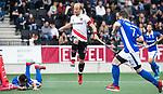 AMSTELVEEN - Billy Bakker (A'dam) met Robbert Kemperman (Kampong)   tijdens  de  eerste finalewedstrijd van de play-offs om de landtitel in het Wagener Stadion, tussen Amsterdam en Kampong (1-1). Kampong wint de shoot outs.  . COPYRIGHT KOEN SUYK