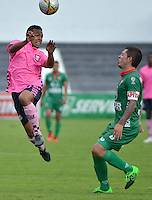TUNJA -COLOMBIA, 21-03-2016. Tomas Sierra (Izq) jugador de Boyacá Chicó FC disputa el balón con Leonardo Pico (Der) jugador de Patriotas FC durante partido por la fecha 10 Liga Águila I 2016 realizado en el estadio La Independencia en Tunja. / Tomas Sierra (L) player of Boyaca Chico FC fights for the ball with Leonardo Pico (R) player of Patriotas FC during match for the date 10 of Aguila League I 2016 played at La Independencia stadium in Tunja. Photo: VizzorImage/César Melgarejo/Cont