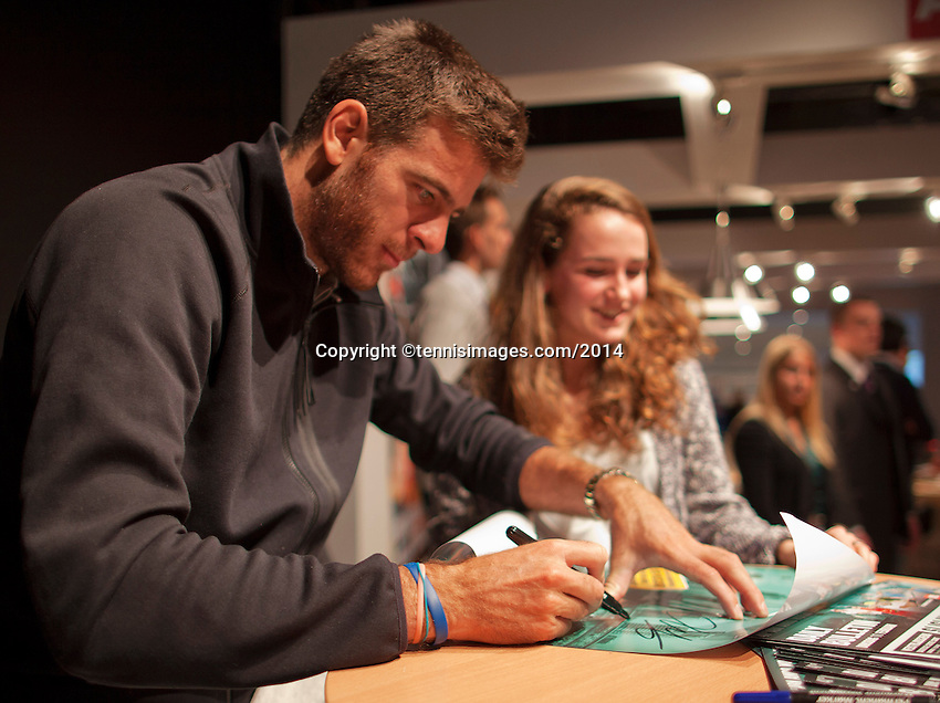 11-02-14, Netherlands,Rotterdam,Ahoy, ABNAMROWTT, Juan-Martin Del Potro signing autographs<br />