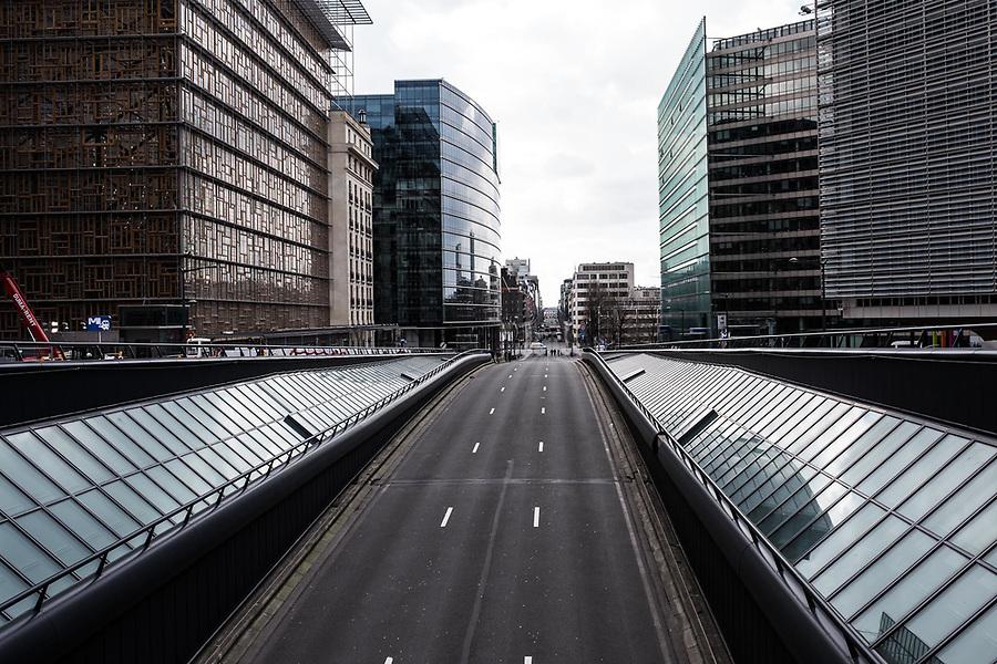 BRUXELLES, BELGIQUE: La rue de Loi d'habitude embouteillée est complètement vide le 22 mars 2016. Dans la matinée du 22 mars 2016 des attaques ont eu lieu à l'aeroport de Zaventem et dans la station de métro de Mealbeek. Ces attaques terroristes ont fait 31 morts et 340 blessés à Bruxelles.