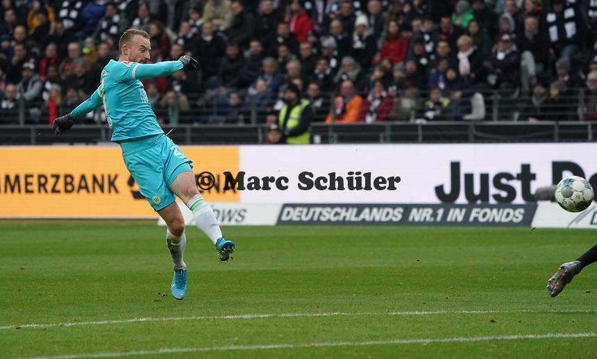 Maximilian Arnold (VfL Wolfsburg) zieht ab und erzielt das 0:1 - 23.11.2019: Eintracht Frankfurt vs. VfL Wolfsburg, Commerzbank Arena, 12. Spieltag<br /> DISCLAIMER: DFL regulations prohibit any use of photographs as image sequences and/or quasi-video.