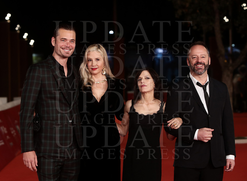 Da sinistra: gli attori statunitensi Christopher Backus e Mira Sorvino, la regista statunitense Melora Walters, l'attore canadese Gil Bellows posano durante il red carpet per la presentazione del film ''Drowning' i' alla 14^ Festa del Cinema di Roma all'Aufditorium Parco della Musica di Roma, 20 ottobre 2019.<br /> From left: US actors Christopher Backus and Mira Sorvino, US director Melora Walters, canadian actor Gil Bellows  pose on the red carpet to present the movie ''Drowning' during the 14^ Rome Film Fest at Rome's Auditorium, on 20 October 2019.<br /> UPDATE IMAGES PRESS/Isabella Bonotto
