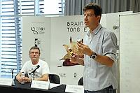 GRA356. BARCELONA, 19/07/2016.- El jefe de grupo en el Centro de Regulación Genómica, Matthieu Louis (d), y el chef del restaurante Mugaritz, Andoni Luis Aduriz (i) durante la presentación del proyecto 'Brainy Tongue' para diseñar platos a medida según el perfil genético de los comensales, estudiar las percepciones sensoriales de las personas a la hora de comer y buscar soluciones gastronómicas a problemas de salud. EFE/Marta Pérez