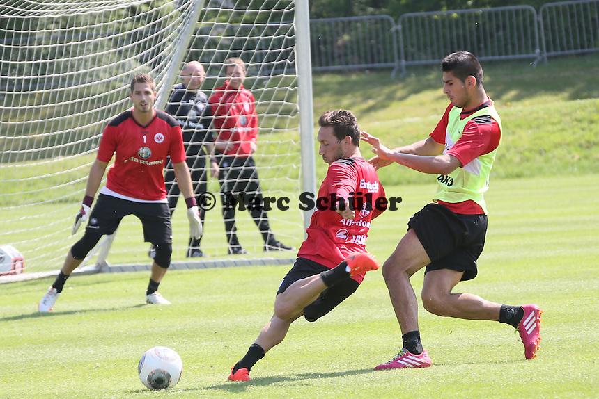 Tobias Weis gegen Carlos Zambrano (Eintracht) - Eintracht Frankfurt Training, Commerzbank Arena