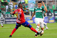 CALI -COLOMBIA-25-09-2016. Nicolas Benedetti (Der) del Deportivo Cali disputa el balón con Francisco Cordoba (Izq) de Deportivo Pasto durante partido por la fecha 14 de la Liga Águila II 2016 jugado en el estadio Palmaseca de Cali./ Nicolas Benedetti (R) player of Deportivo Cali fights for the ball with Francisco Cordoba (L) player of Deportivo Pasto during match for the date 14 of the Aguila League II 2016 played at Palmaseca stadium in Cali. Photo: VizzorImage/ NR / Cont