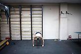 Oleksandr vor der täglichen Sport-Einheit, Mitglieder des Pravyj Sektor im besetzten Postgebäude in Kiew / Members of the Prawy Sektor in an occupied postoffice.
