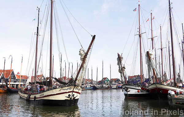 Nederland - Volendam - 2018.  De haven van Volendam. Schepen verlaten de haven voor de Pieperrace. De Pieperrace is een jaarlijkse zeilwedstrijd voor historische zeilschepen.   Foto Berlinda van Dam / Hollandse Hoogte