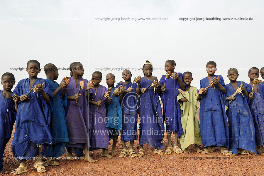 MALI Mopti, muslim children collect money for mosque construction by chanting quaran surah with wooden rattle / muslimische Kinder mit Holzrasseln sammeln Geld fuer den Bau einer Moschee, die Kinder gehoeren der Ethnie der Peulh an