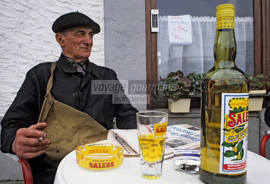 Europe/France/Auvergne/15/Cantal/Valluejols: Camille Gibrat - Berger - devant sa liqueur de gentiane [Non destiné à un usage publicitaire - Not intended for an advertising use] <br /> PHOTO D'ARCHIVES // ARCHIVAL IMAGES<br /> FRANCE 1990