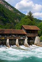 CHE, SCHWEIZ, Kanton Bern, Berner Oberland, Interlaken: Stauwehr am Fluss Aare | CHE, Switzerland, Bern Canton, Bernese Oberland, Interlaken: weir at river Aare