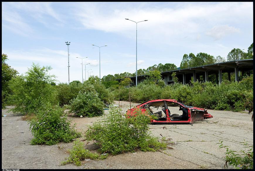 L'area abbandonata dell'ex scalo ferroviario Vanchiglia, nel quartiere di Barriera di Milano. Maggio 2012