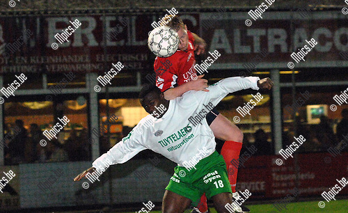 2007-03-31 / KFC Dessel-Sport - KVSK United: Bula Bula Alafu van Dessel met Harm Luyten van United in de rug