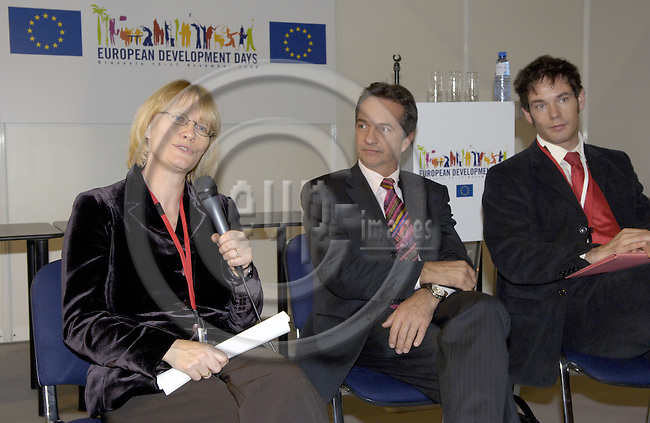Brussels-Belgium - 16 November 2006---Karin KORTMANN (le), Parliamentary State Secretary at the Federal Ministry for Economic Cooperation and Development of Germany (BMZ), visiting the Development Village during the European Development Days held at Brussels Expo; here, meeting the press at the end of her visit with Dr. Friedrich KITSCHELT (ce), Representative European Affairs at BMZ, and Holger ILLI (ri), Press Officer Division Press and PR at BMZ---Photo: Horst Wagner/eup-images