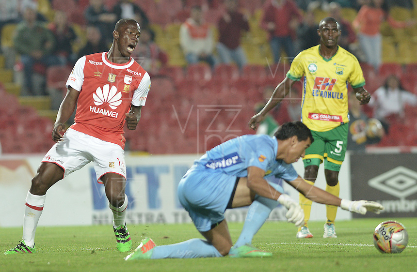 BOGOTÁ -COLOMBIA, 27-03-2016. Baldomero Perlaza (Izq.) jugador de Santa Fe no puede anotar gol a Jhonny Da Silva (Der.) arquero del Huila durante partido aplazado entre Independiente Santa Fe y Atlético Huila por la fecha 8 de la Liga Aguila I 2016 jugado en el estadio Nemesio Camacho El Campin de la ciudad de Bogota.  / Baldomero Perlaza (L) player of Santa Fe can't score a goal to Jhonny Da Silva (R) goalkeeper of Huila in postponed match between Independiente Santa Fe and Atletico Huila for date 8 of the Liga Aguila I 2016 played at the Nemesio Camacho El Campin Stadium in Bogota city. Photo: VizzorImage/ Gabriel Aponte / Staff
