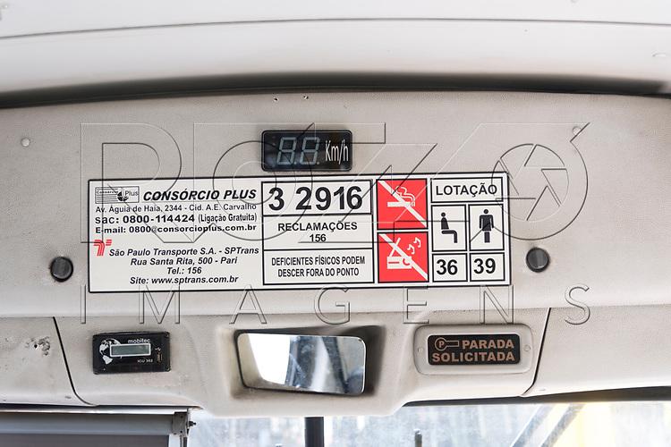 Placa de ônibus com a capacidade de passageiros sentados e em pé, São Paulo - SP, 10/2017.