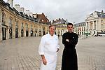 """20081001 - France - Bourgogne - Dijon<br /> JEAN-PIERRE BILLOUX ET SON FILS ALEXIS (LA RELEVE) A LA TETE DU RESTAURANT """"LE PRE AUX CLERCS"""", PLACE DE LA LIBERATION A DIJON.<br /> Ref : BILLOUX_005.jpg - © Philippe Noisette."""