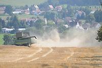 Grossstöbnitz bei Gleina und Saara im Altenburger Land. Moderne Mähdrescher bei der Ernte im Atenburger-Land Allradantrieb,Klimaanlage, GPS. drei Wochen im Jahr sind die Teuren Erntemaschienen Pausenlos im Einsatz auf den Feldern.
