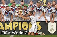 FUSSBALL WM 2014                       FINALE   Deutschland - Argentinien     13.07.2014 DEUTSCHLAND FEIERT DEN WM TITEL: Bastian Schweinsteiger und Thomas Mueller (Mitte) haben die Hand am Pokal