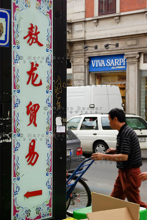 milano, quartiere sarpi - chinatown. trasporto merci su carrelli --- milan, sarpi district - chinatown. goods transport with trolleys