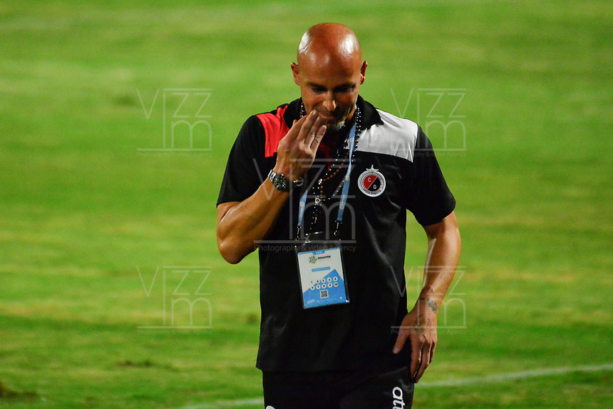 CUCUTA - COLOMBIA, 28-04-2019: Sebastian Mendez técnico del Cúcuta gesticula durante partido por la fecha 18 entre Cúcuta Deportivo y Deportes Tolima como parte de la Liga Águila I 2019 jugado en el estadio General Santander de la ciudad de Cúcuta. / Sebastian Mendez coach of Cucuta gestures during match for the date 18 between Cucuta Deportivo y Deportes Tolima as a part of Aguila League I 2019 played at General Santander stadium in Cucuta city. Photo: VizzorImage / Edgar Cusguen / Cont