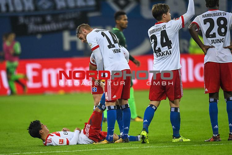 30.09.2017, Volksparkstadion, Hamburg, GER, 1.FBL Hamburger SV vs Werder Bremen , im Bild<br /> <br /> #ersch&ouml;pft Joungster Ito Tatsuya  (Hamburger SV #43)<br /> HochformaKyriakos Papadopoulos (Hamburger SV #9)<br /> Aaron Hunt (Hamburger SV #14) halten ihm die Beine hoch <br /> dabe noch Gotoku Sakai (Hamburger SV #24)<br /> <br /> Foto &copy; nordphoto / Kokenge