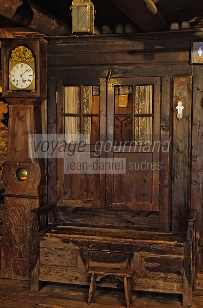 Europe/France/Auvergne/15/Cantal/Loubaresse: Ecomusée de la Margeride: Maison du paysan - Détail horloge et lit clos