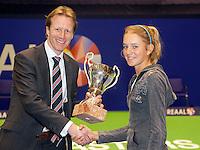 18-12-10, Tennis, Rotterdam, Reaal Tennis Masters 2010, Indy de Vroome ontvangt de Cup Renoud uit handen van Hendrik Jan Davids