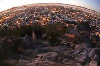 Desde el popular cerro de la campana justo antes de las seis de la tarde se puede apreciar un hermoso atardecer aunado a las luces de la ciudad