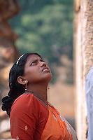 Besucherinin  Qutb Minar, Delhi, Indien, Unesco-Weltkulturerbe