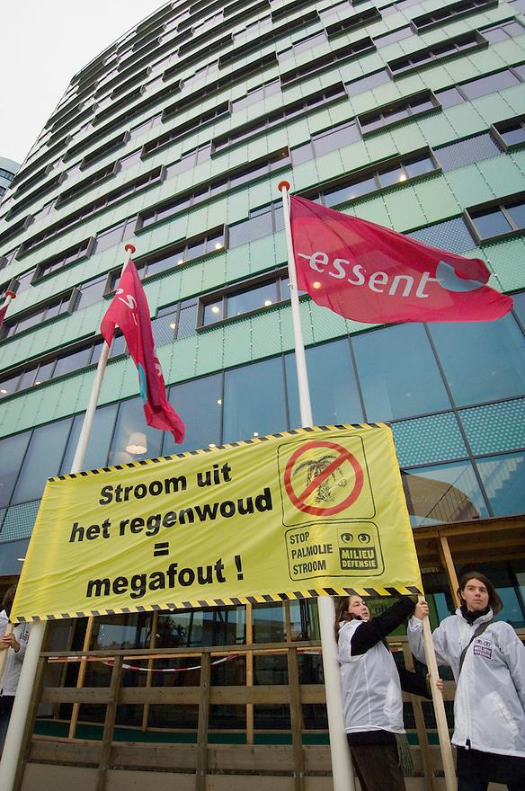 Nederland, Arnhem, 31 okt 2006<br /> Aktievoerders van milieudefensie hebben voor het hoofdkantoor van Essent een spandoek opgehangen met de tekst &quot;Essent, Stop plamoliestroom&quot;. Milieudefensie wil dat het bedrijf stop met het verstoken van oliepalmproducten in haar elektriciteitscentrales, want het gebruik hiervan als biomassa voor elektriciteitsopwekking is niet duurzaam.<br /> <br /> <br /> Foto: (c) Michiel Wijnbergh