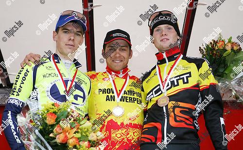 2010-05-02 / Seizoen 2009-2010 / Wielrennen / Sporta Vliegens Wiel Borsbeek / Jochen Vankerckhoven won van Kevin Van Dyck (l) en Stef Van Zummeren..Foto: mpics