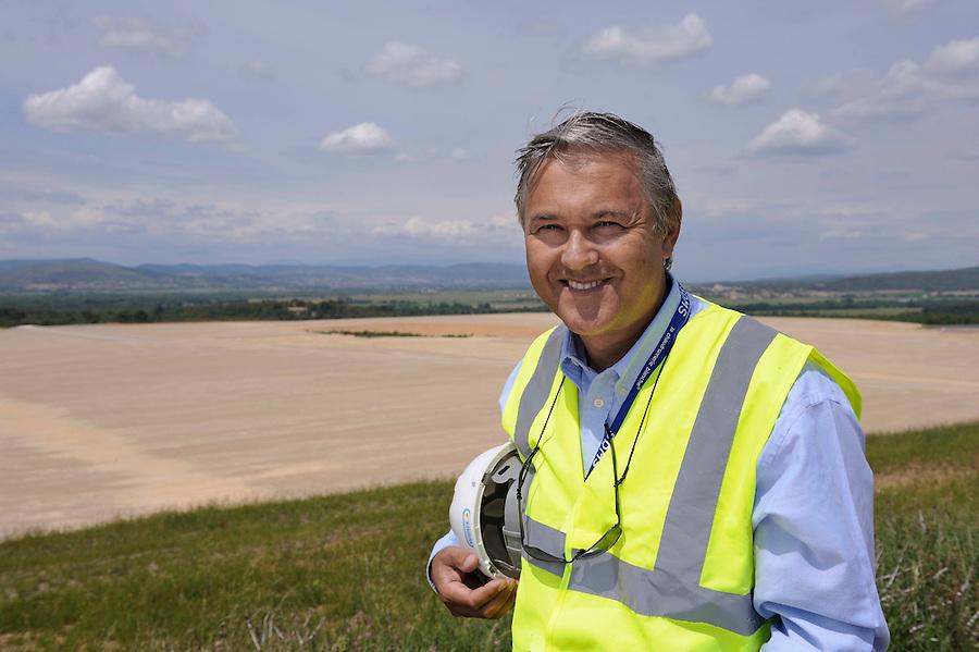 membre de l'équipe d'ITER Organization : Jérôme PAMELA, directeur adjoint Iter-France, devant le site en préparation du futur réacteur expérimental.