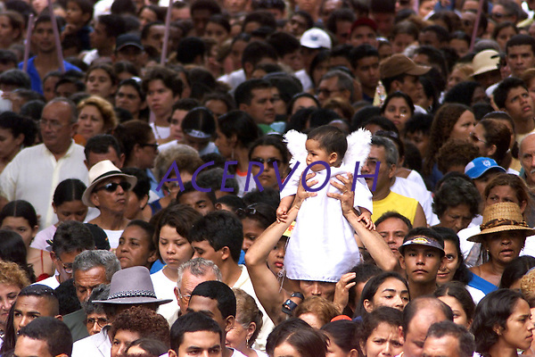 Muitas vezes os pais levam os seus filhos vestidos de anjo como forma de agradecer Nossa Senhora de Nazar&eacute; a uma gra&ccedil;a alcan&ccedil;ada ou desejada . A romaria com cerca de 1.500.000 de pessoas &eacute; considerada uma das maiores prociss&otilde;es religiosas do planeta.<br />Belem-Para-Brasil<br />&copy;Foto: Paulo Santos/ Interfoto<br />12/10/2003<br />Digital
