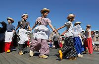 Schagen-   Tijdens de jaarlijkse  Westfriese Folkloredagen dragen veel inwoners klederdracht.  Kinderen dansen bij de kerk op het Marktplein