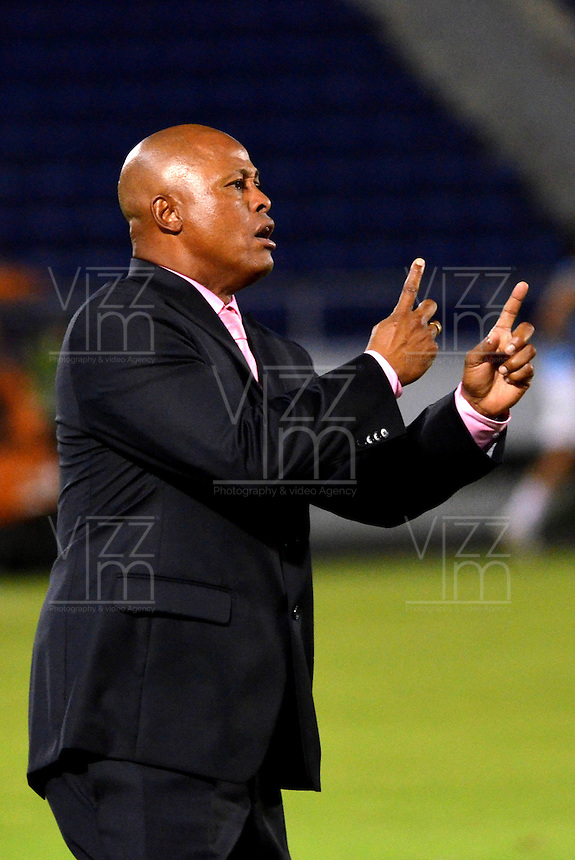 BARRANQUILLA - COLOMBIA-28-10-2013: Jose M. Rodriguez, técnico del Uniatonoma F.C. da instrucciones a los jugadores durante partido en el estadio Metropolitano Roberto Melendez de la ciudad de Barranquilla, octubre 28 de 2013. Uniatonoma F. C. y America durante partido por la primera fecha de los cuadrangulares semifinales del Torneo Postobon II. (Foto: VizzorImage / Alfonso Cervantes / Str). Jose M. Rodriguez, coach of Uniatonoma F.C. gives instructions to the players during a match at the Metropolitano Roberto Melendez Stadium in Barranquilla city, October 28, 2013. Uniatonoma F. C. and America during a match for the first round of the quadrangular semifinals Postobon tournament II. (Photo: VizzorImage / Alfonso Cervantes / Str).
