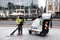 Nederland - Amsterdam -  2018. Schoonmaker aan het werk.  Foto Berlinda van Dam / Hollandse Hoogte