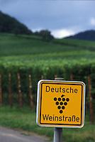 The yellow sign with a stylized bunch of ten grapes that marks the route.Il cartello giallo con un grappolo d'uva stilizzato che segna il percorso.