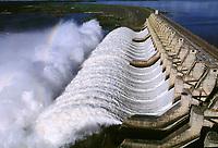 Vertedouro da usina hidrelétrica de Tucuruí, barragem no rio Tocantins controlada pela Eletronorte, que fornece energia para os estados do Pará, Maranhão e Tocantins.<br />Tucuruí - Pará - Brasil<br />26/04/2002<br />©Foto: Paulo Santos/Interfoto