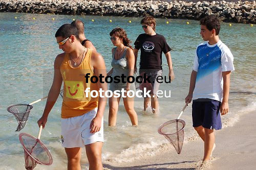 Young people looking for jellyfishes at the beach of El Toro, Calvia<br /> <br /> J&oacute;venes buscando medusas en la playa de El Toro, Calvi&agrave;<br /> <br /> Junge Leute suchen nach Quallen am Strand von El Toro, Calvia<br /> <br /> 3008 x 2000 px<br /> 150 dpi: 50,94 x 33,87 cm<br /> 300 dpi: 25,47 x 16,93 cm