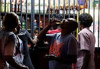 EPA5949. COLOMBO (SRI LANKA), 19/01/2018.- Un hombre bebe un trago de licor en Colombo, Sri Lanka, hoy 19 de enero de 2018. El Gobierno del presidente, Maithripala Sirisena, ha ordenado la retirada la notificación en el boletín oficial del estado que daba permiso a las mujeres del país a trabajar o comprar alcohol en las licorerías. Tras la controversia creada por la autorización inicial anunciada por el ministro de Finanzas, Mangala Samaraweera, el presidente Sirisena ha ordenado su anulación. EFE/ M.a.pushpa Kumara