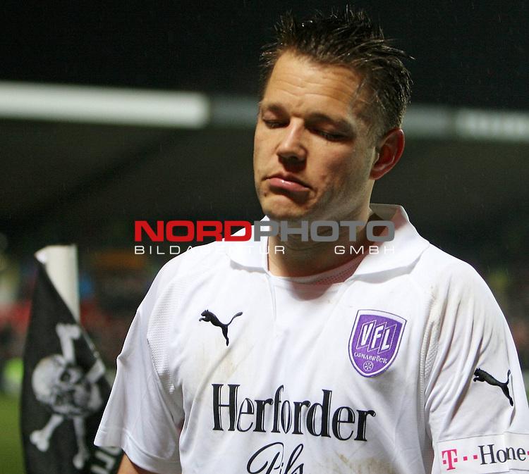 2.Liga FBL 2007/2008  25. Spieltag Rueckrunde<br /> FC St.Pauli &ndash; vs. VFL Osnabrueck 2:1<br /> <br /> Thomas Reichenberger (Nr.9) gefrustet nach Spielschluss. Die Totenkopf-Eckfahne scheint ihn auszulachen oder ueberlegt er ans Millerntor zu wechseln ?<br /> <br /> <br /> <br /> Foto &copy; nph (nordphoto)<br /> <br /> *** Local Caption ***