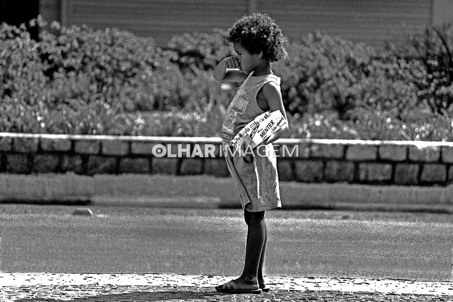 Criança vendendo balas na Av. Paulista, São Paulo. 1992. Foto de Juca Martins.