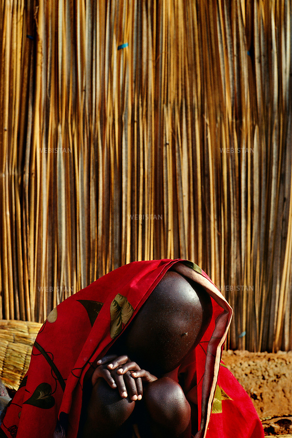 Rwanda. Lake Cyohoha. Burengue Camp. 1994. An exhausted Hutu Burundian refugee boy gets rest. Rwanda. Lac Cyohoha. Camp de Burengue. Un garçon réfugié hutu burundais épuisé se repose.