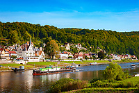 Deutschland, Freistaat Sachsen, Saechsische Schweiz, Elbsandsteingebirge, Stadt Wehlen an der Elbe, Binnenschiff | Germany, the Free State of Saxony, Saxon Switzerland, Elbe Sandstone Mountains, town Wehlen at river Elbe