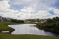 CURITIBA, PR, 29.03.2014 - COTIDIANO / INAUGURAÇÃO / PARQUE CURIITBA - Na manhã deste sábado (29), acontece a inauguração do parque Guairacá, em comemoração ao aniversario de 321 anos de Curitiba. O parque possui 120 mil metros quadrados com áreas de preservação e lazer ao logo dos mais importantes rios da cidade:Barigui, Belém e Atuba. O Guairacá, instalado na região da Vila Rigoni, tem conexões diretas com o Parque Cambuí e com o Bosque da Fazendinha, o que transforma a área numa grande região de preservação. No novo parque, há trilha, lago, passarela e canchas de esportes, entre outros equipamentos. Curitiba passa a ter aproximadamente 24 milhões de metros quadrados de área verde, somando bosques, praças, reservas particulares e seus 22 parques públicos.<br /> (Foto: Paulo Lisboa / Brazil Photo Press)