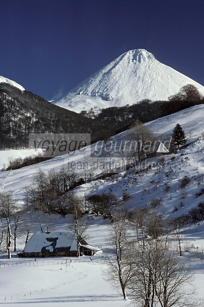 Europe/France/Auvergne/15/Cantal/env de Mandailles: Vallée de Mandailles en hiver et domme volcanique du puy Griou 1694 m