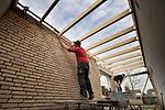 STANDAARDBUITEN - In Standdaarbuiten werken medewerkers van bouwbedrijf De Rooij aan de Brede School. In opdracht van schoolbestuur Het Barlake, Bernardus Wonen en de gemeente ontwierp Dhond Stedenbouw en Architectuur een gebouw dat tevens ruimte biedt aan een peuterspeelzaal, bibliotheek en buitenschoolse opvang. De bouwplaats functioneert tevens als Fundeon leerling bouwplaats zodat er veel jonge bouwvakkers aan het werk zijn.COPYRIGHT TON BORSBOOM