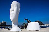 RIO DE JANEIRO, RJ, 02 SETEMBRO 2012 - EXPOSICAO AWILDA - Escultura gigante denominada Awilda é montada na Praia de Botafogo no Rio de Janeiro (RJ), na manhã deste domingo (02). FOTO: MARCELO FONSECA / BRAZIL PHOTO PRESS.