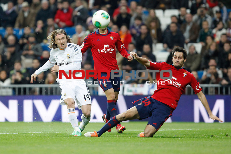 Real Madrid¬¥s Modric and Osasuna¬¥s Arribas (R) during King¬¥s Cup match in Santiago Bernabeu stadium in Madrid, Spain. January 09, 2014. Foto © nph / Victor Blanco)